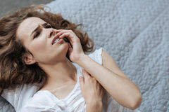 Jeune femme malheureuse souffrant du mal de dents photo stock