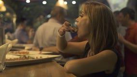 Jeune femme mangeant des casse-croûte de nourriture à la table de partie d'événement Fermez-vous vers le haut de la femme prenant banque de vidéos