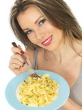 Jeune femme mangeant des pâtes de tagliatelles images stock