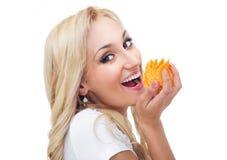 Jeune femme mangeant des puces photographie stock