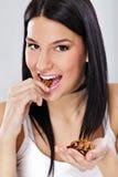 Jeune femme mangeant la noix Photo stock