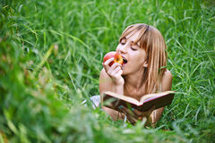 Jeune femme mangeant la pomme images libres de droits