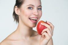Jeune femme mangeant la pomme rouge Photos stock