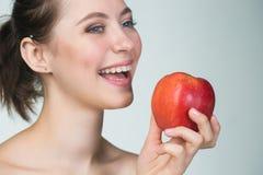 Jeune femme mangeant la pomme rouge Images libres de droits