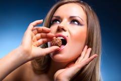 Jeune femme mangeant la verticale douce Images libres de droits