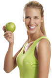 Jeune femme mangeant une pomme Photo stock