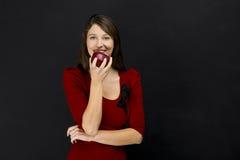 Jeune femme mangeant une pomme Image libre de droits