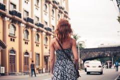 Jeune femme marchant à Manille Images stock