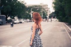 Jeune femme marchant à Manille Image stock