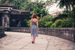 Jeune femme marchant à Manille Images libres de droits