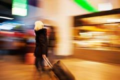 Jeune femme marchant après des viseurs Photographie stock