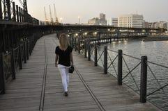Jeune femme marchant au-dessus du quai de Riotinto à Huelva, Espagne photo libre de droits