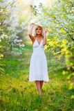 Jeune femme marchant au printemps jardin Image stock