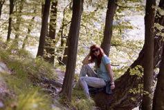 Jeune femme marchant au printemps parc image stock