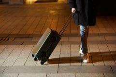 Jeune femme marchant autour de la ville Sa main tient le bagage image libre de droits