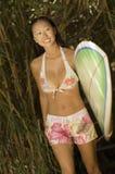 Jeune femme marchant avec la planche de surf Photos stock