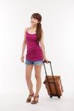 Jeune femme marchant avec le bagage. photo stock