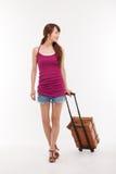 Jeune femme marchant avec le bagage. Image libre de droits