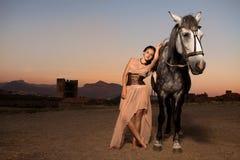 Jeune femme marchant avec le cheval image libre de droits