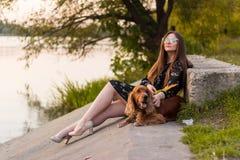 Jeune femme marchant avec un chien Amitié entre l'humain et le chien Concept d'animaux familiers et d'animaux image libre de droits