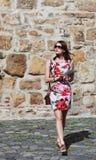 Jeune femme marchant avec une Tablette Photos stock