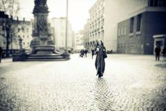 Jeune femme marchant dans la ville Images libres de droits