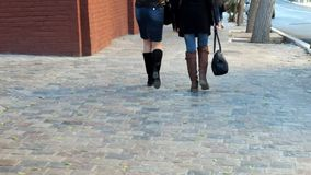 Jeune femme marchant dans la vue arrière de rue de retour clips vidéos