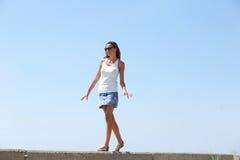 Jeune femme marchant dehors image stock