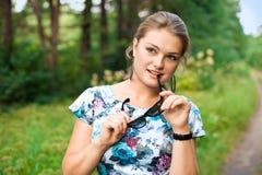 Jeune femme marchant en parc d'été. photo libre de droits