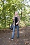 Jeune femme marchant en stationnement Photo libre de droits