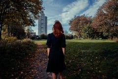 Jeune femme marchant en stationnement Image stock