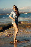 Jeune femme marchant à la plage Photographie stock