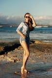 Jeune femme marchant à la plage Photographie stock libre de droits
