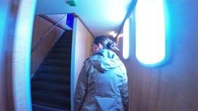Jeune femme marchant par le couloir du ferry en Norvège clips vidéos