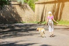 Jeune femme marchant son chien dehors Animal familier care Image stock