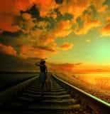 Jeune femme marchant sur la ligne ferroviaire images stock