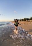 Jeune femme marchant sur la plage Photo libre de droits