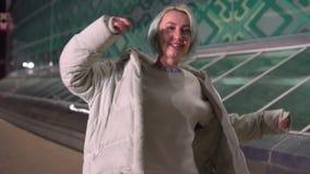 Jeune femme marchant sur la rue la nuit clips vidéos