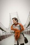 Jeune femme marchant sur le pont images stock
