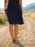 Jeune femme marchant sur une longue route abandonnée photographie stock