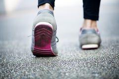 Jeune femme marchant sur une route Images stock