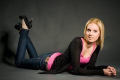 Jeune femme menteuse Photo stock