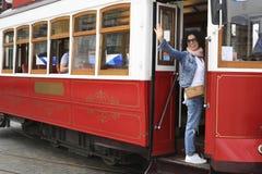 Jeune femme mignonne à Lisbonne images stock