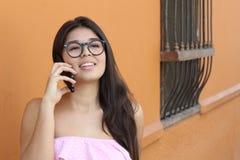 Jeune femme mignonne appelant dehors photos libres de droits