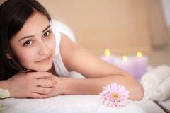 Jeune femme mignonne appréciant pendant un traitement de soins de la peau à une station thermale Photos stock