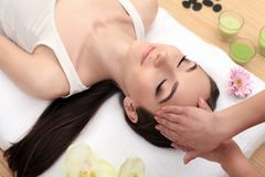 Jeune femme mignonne appréciant pendant un traitement de soins de la peau à une station thermale Image libre de droits