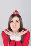 Jeune femme mignonne avec le petit boîte-cadeau Image stock