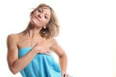 Jeune femme mignonne avec une serviette Photos stock