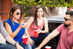 Jeune femme mignonne buvant avec ses amis Photo stock