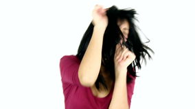 Jeune femme mignonne chantant et dansant le tir moyen d'isolement banque de vidéos